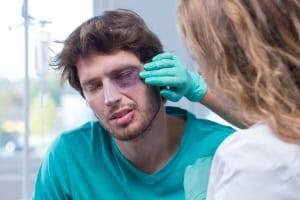Schmerzensgeld kann eine Augenverletzung unter bestimmten Voraussetzungen entschädigen.