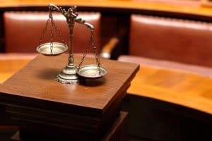 Schmerzensgeld bei einer Ellenbogenfraktur: Brauche ich einen Anwalt?