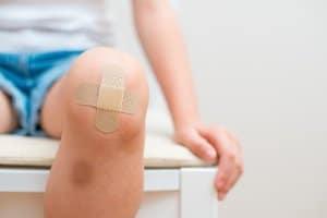 Die Höhe vom Schmerzensgeld bei einer Knieprellung ist abhängig von unterschiedlichen Faktoren.