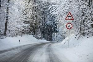 Vorsicht bei Schnee und Glätte auf der Straße.