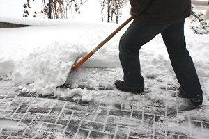 Wenn das Schneeräumen im Winter ausbleibt, können verunglückte Fußgänger Schadensersatz einklagen. Dasselbe gilt für die Streupflicht.