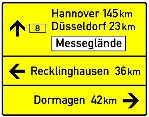 Auf einer Schnellstraße kann ein Schild wie auf der Autobahn auch zusätzliche Informationen liefern.