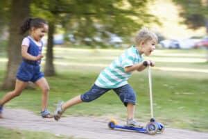 In bestimmten Bereichen ist die Schrittgeschwindigkeit vorgeschrieben, da spielende Kinder gefährdet werden könnten.