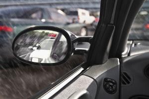 Indem Sie den Schulterblick einsehen, können Sie auch Bereiche einsehen, die mit Hilfe der Spiegel nicht erkennbar sind.