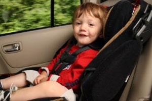 Einen optimalen Schutz im Auto bietet Kindern ein Kindersitz in jedem Alter.
