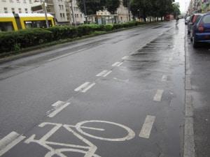 Auf einem Schutzstreifen für Radfahrer ist das Parken untersagt.