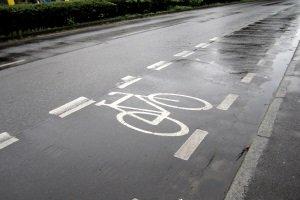 Schutzstreifen für Radfahrer werde nur durch unterbrochene Linien gekennzeichnet, nicht durch ein Verkehrsschild.