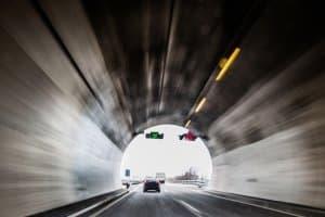 Schwarzlichtblitzer werden mobil und stationär vor allem in Tunneln eingesetzt.