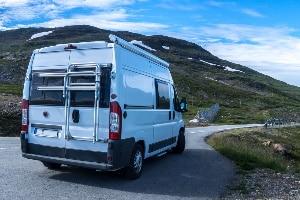 In Schweden regeln Verkehrsschilder den Verkehr auf öffentlichen Straßen.,