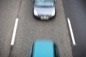 Mehrere Fahrzeuge passieren einen Section-Control-Abschnitt