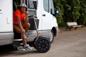 Ein Segway kann eine maximale Geschwindigkeit von 20 km/h erreichen.