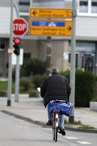 Der Seitenabstand beim Überholen von Radfahrern sollte möglichst groß sein.