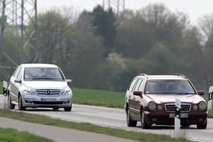 Für den Sicherheitsabstand außerhalb geschlossener Ortschaften ist die Geschwindigkeit wichtig.
