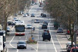 Der Sicherheitsabstand innerhalb geschlossener Ortschaften sollte zirka 3 Autolängen betragen.