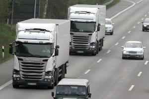 Sicherheitsabstand zwischen Lkw auf der Autobahn muss mindestens 50 Meter betragen.