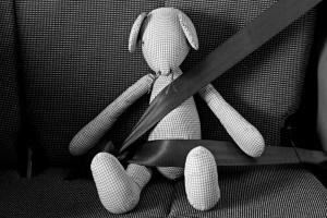 Sicherheitsgurt nicht vergessen: Schwanger Auto zu fahren, lässt die Gurtpflicht nicht entfallen.