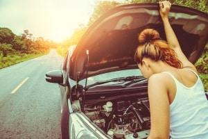 Wollen Sie die Sicherheitskontrolle am Auto durchführen. müssen Sie ggf. einen Blick unter die Motorhaube werfen.