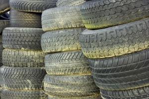 Die Sicherheitskontrolle an den Reifen zielt auf Profiltiefe, Druck und Beschädigungen ab.