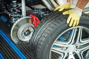 Der Reifenschutz der DEVK leistet eine Zuzahlung für bis zu zwei neue Reifen.