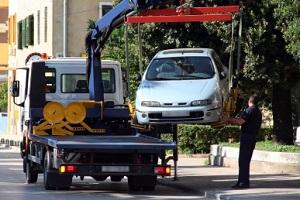 Mit dem Autoschutzbrief der Debeka werden die Abschleppkosten nach einem Unfall übernommen.