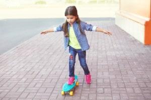 Nehmen Sie mit einem Skateboard am Straßenverkehr teil, ist der Gehweg zu nutzen.