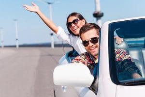 Nachts eine Sonnenbrille zum Autofahren aufsetzen? Kein Gesetz verbietet dies pauschal.