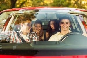 Wählen Sie eine Sonnenbrille mit brauner Tönung zum Autofahren.
