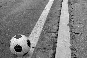 In der Spielstraße heißt es: Geschwindigkeit verringern! Kinder können dort spielen.