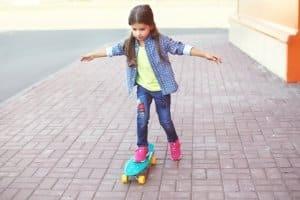 Mit dem liebsten Spielzeug die Straße erkunden: Was sagt der Gesetzgeber?