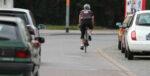 Sportlicher Fahrradfahrer im Straßenverkehr