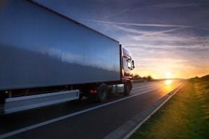 Ein Spurhalteassistent ist für Lkw über 3,5 t Pflicht. Das gilt für alle ab November 2013 erstmals zugelassenen Lkw.