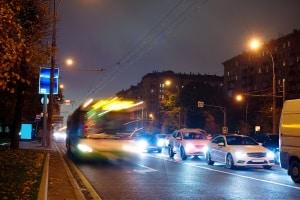 Mit Standlicht statt mit Abblendlicht in der Dunkelheit zu fahren, stellt einen Verstoß dar – auch in beleuchteten Städten.