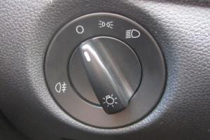 Das Standlicht können Sie bei manchen Autos auch einschalten, indem Sie den Hauptschalter auf die richtige Stellung drehen.