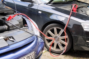 Nach erfolgter Starthilfe muss die Autobatterie zunächst aufladen - fahren Sie ein Stück.