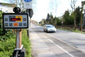 Nicht nur eine stationäre Geschwindigkeitsmessung ist mit Laser möglich. Auch eine mobile Geschwindigkeitsmessung ist damit möglich.