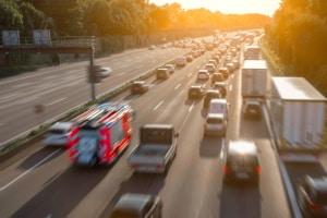 Bei Stau auf der Autobahn dürfen Sie nicht das Bilden der Rettungsgasse vergessen.
