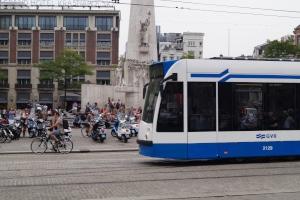 Stehende Straßenbahn überholen: Droht eine Strafe dafür? Ja, wenn Sie z. B. ein- oder aussteigende Passagiere verletzen.