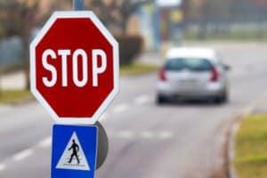 Sie haben ein Stoppschild überfahren ohne Gefährdung? Mindestens 10 Euro Verwarngeld fallen an.