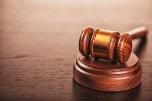 Die Strafe bei einem Unfall mit Todesfolge bei fahrlässiger Tötung wird durch § 222 StGB definiert.
