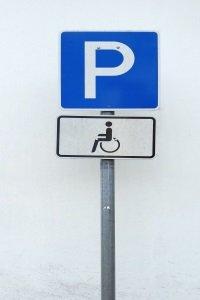 Strafzettel drohen auch, wer unberechtigt auf dem Behindertenparkplatz parkt