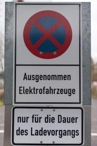 Strafzettel: Auf einem Elektro-Parkplatz widerrechtlich zu parken, bedeutet Sanktionen.