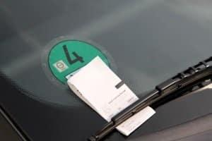 Ein Strafzettel droht bei Parken ohne gültigen Parkschein.