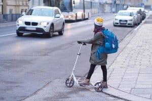 Konzentration auf die Straße: Spielzeug hat im Straßenverkehr nichts zu suchen.