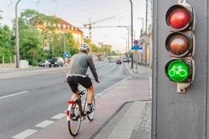 Teil der Straßenausstattung: Auch Ampeln und Fahrbahnmarkierungen zählen dazu.