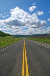 Auch auf Landstraßen können Bußgelder duch Unfälle anfallen.
