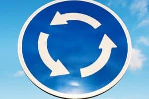 Es gibt besondere Straßenverkehrsregeln im Kreisverkehr - und besondere Bußgelder.