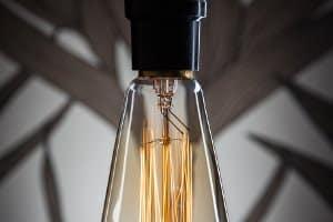 Sie können viel Strom sparen, indem Sie das Licht beim verlassen des Raumes ausschalten.