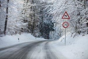Im Sturm Auto fahren: Versuchen Sie, Waldgebiete zu meiden!