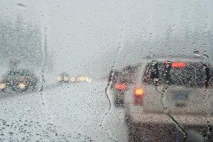 Im Sturm Auto zu fahren, bringt einige Risiken mit sich.