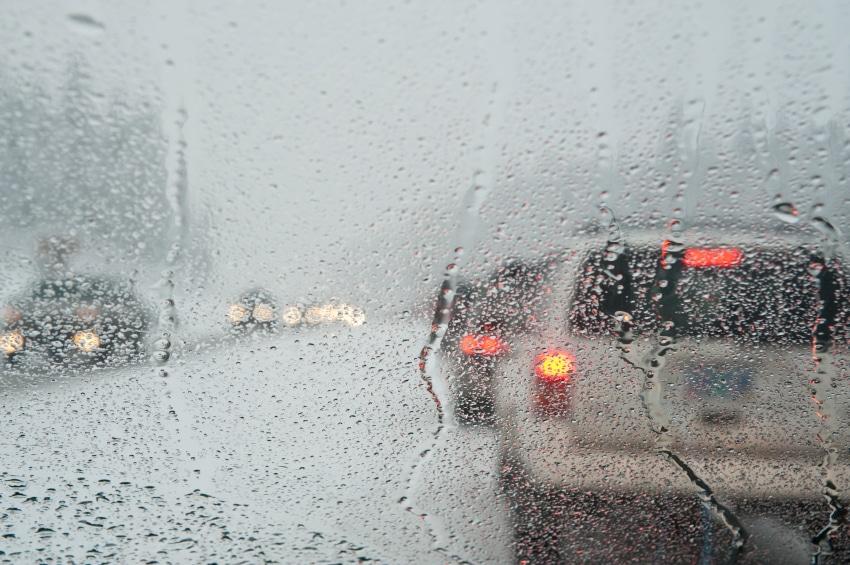 Ein Sturmschaden kann ein Auto sehr arg ramponieren. Unwetterwarnungen sind daher ernst zu nehmen.